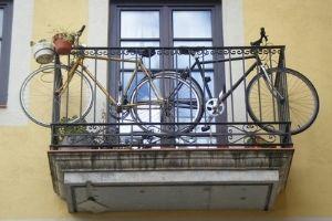 colgar bicicletas en el balcon