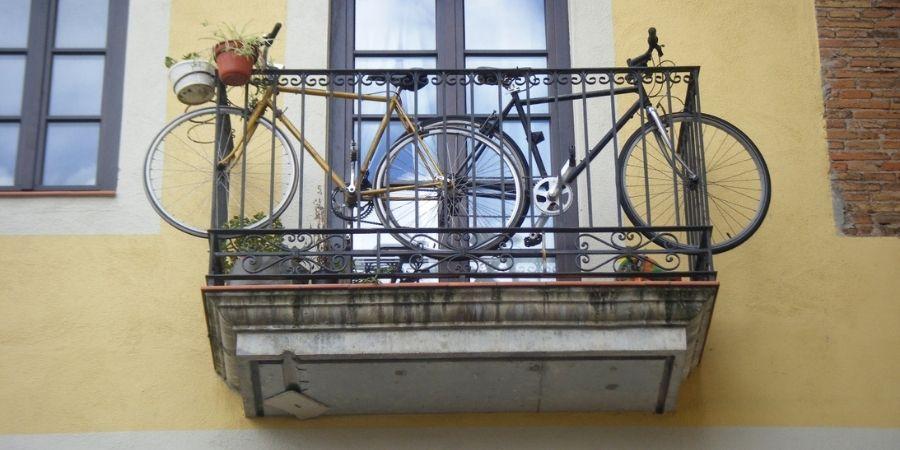 Colgar bicicletas en la terraza